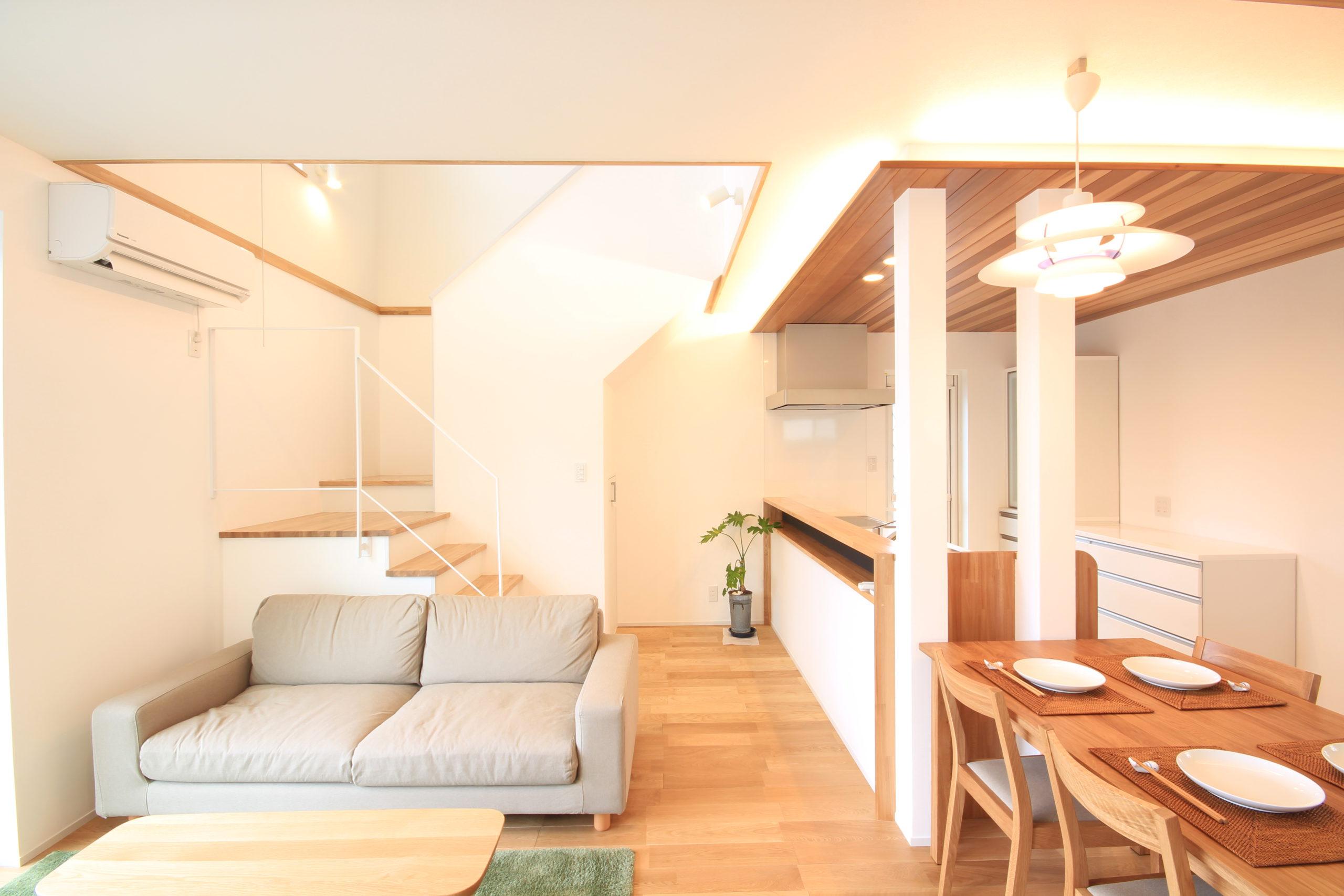 栃木県上三川の耐震住宅施工事例H邸のリビングと階段